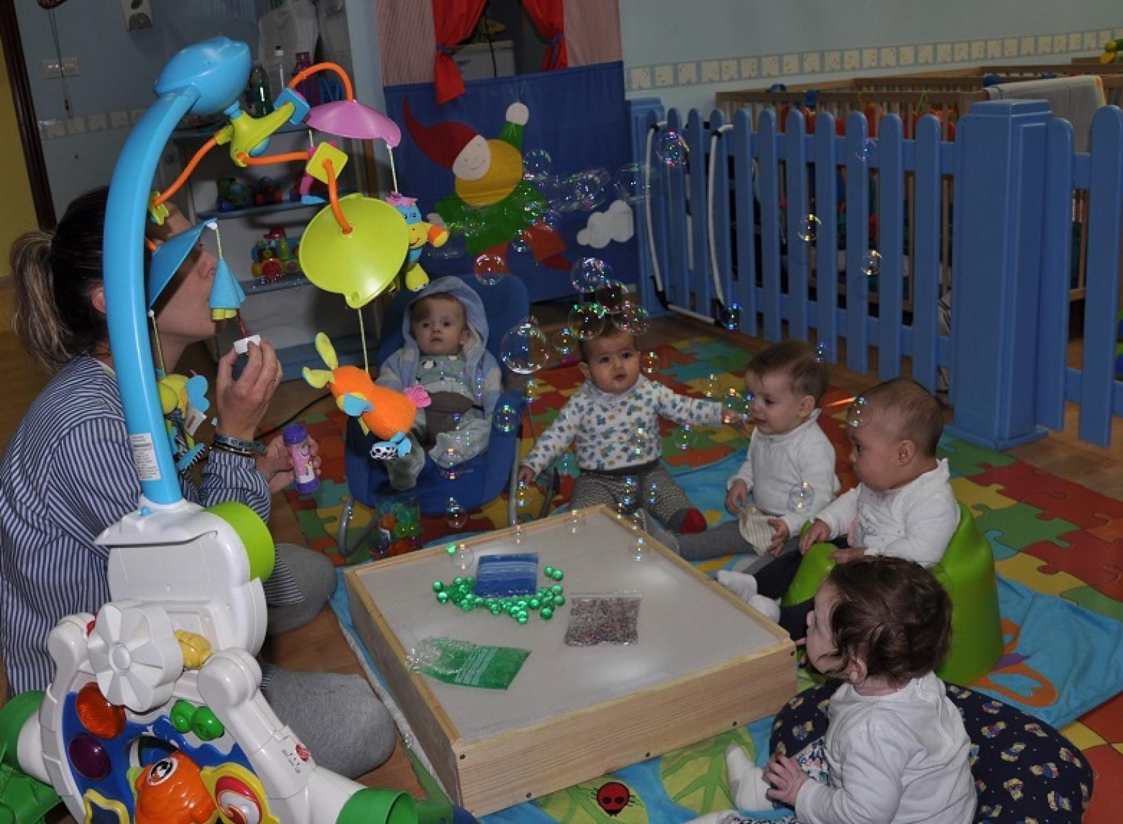 Taller mesa de luz con bebés